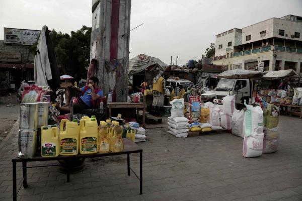 """الغارديان: سرقة مليشيا الحوثي للمساعدات الغذائية مجرد """"غيض من فيض"""""""