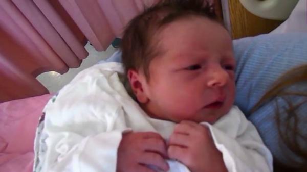 طفلة لا تنام سوى 90 دقيقة في اليوم! حالتها تصيب 1 من كل 30 ألف مولود جديد