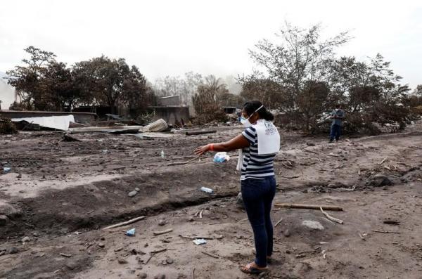 امرأة تبحث عن 50 من عائلتها طمرهم بركان في جواتيمالا