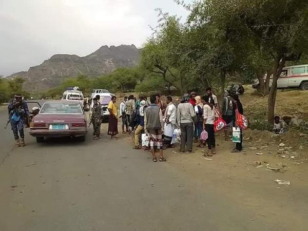 مليشيا الحشد الإخواني في تعز تبتز المسافرين من وإلى عدن (صور)