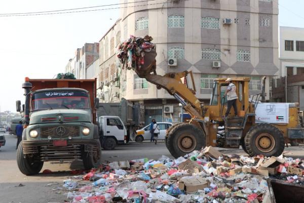 بدعم إماراتي.. حملة شاملة لرفع المخلفات وأكوام القمامة من مدينة عدن