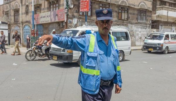 الحوثيون يصدرون قرارات فصل تعسفية بحق العشرات من شرطة المرور ويستبدلونهم بعناصرهم