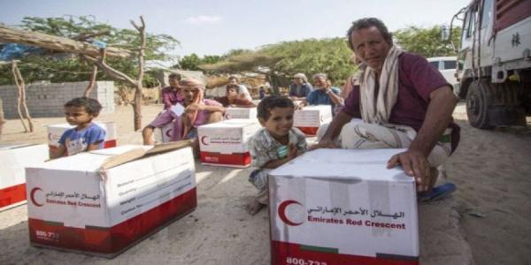 الهلال الإماراتي توزع سلالاً غذائية مكتملة لـ 100 أسرة بالحديدة