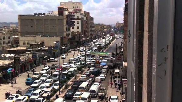 استمرار أزمة المشتقات النفطية في العاصمة صنعاء وارتفاع مهول في أجور النقل