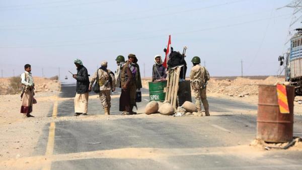نقطة تفتيش بالبيضاء تضبط سيارة تابعة للحوثيين محملة بالمخدرات والخمور