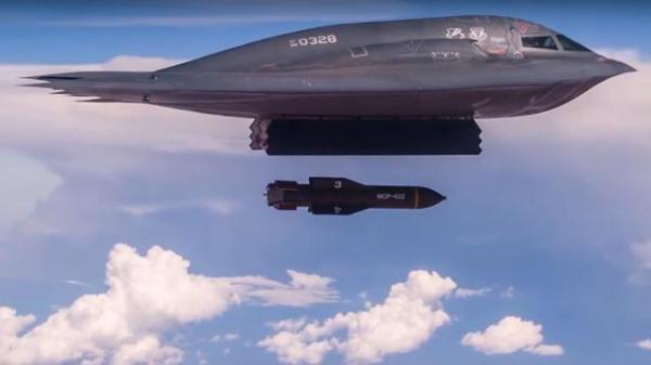 """طورها الأمريكان لضرب إيران.. تعرف على """"أم القنابل خارقة الحصون"""" (فيديو)"""