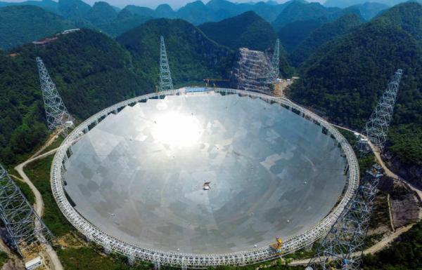 أضخم تلسكوب في العالم يلتقط إشارات غريبة تحير العلماء