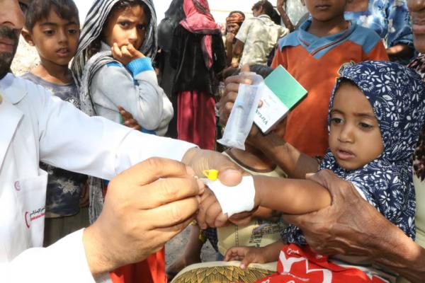 الهلال الإماراتي يسير عيادة متنقلة لمكافحة حمى الضنك في منطقة الشاذلية بالمخا